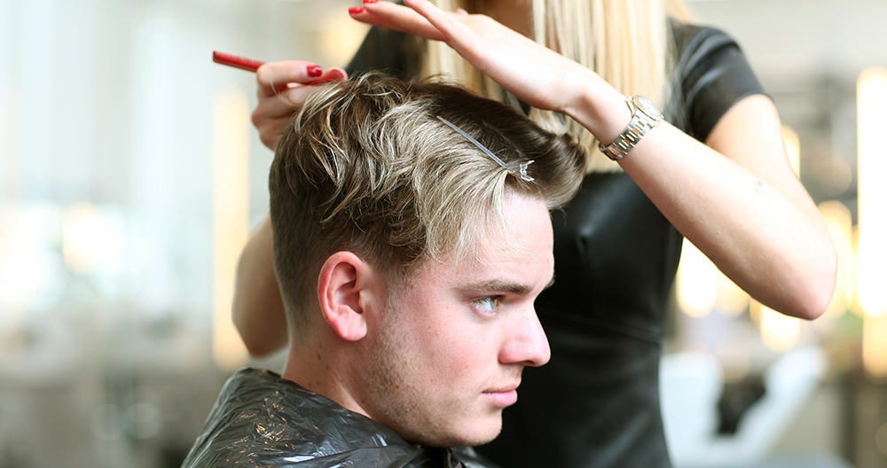 Muškarac farba kosu