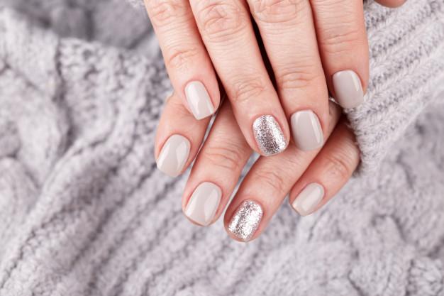 Sivi jesenji nokti sa šljokicama