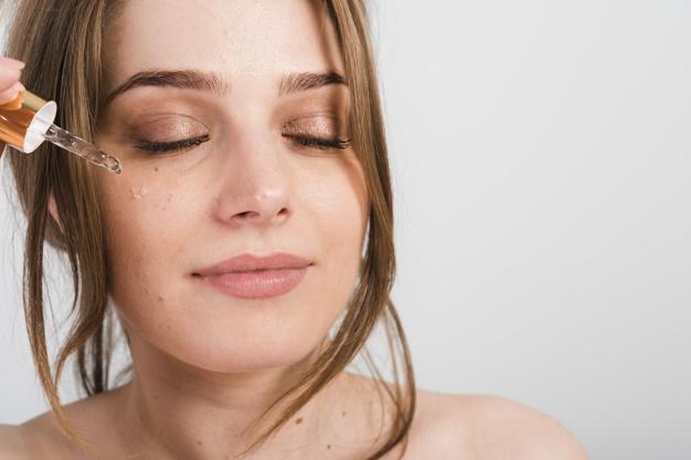 Nanošenje seruma za lice